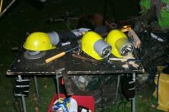 Werkzeugtisch-mit-Helmen